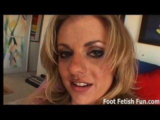 إذا كنت لعق قدمي سوف أعطيك فوتجوب كبيرة