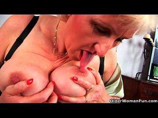 جدة آنا مع لها كبير الثدي إصبع الملاعين لها حلو ماتوريد كس