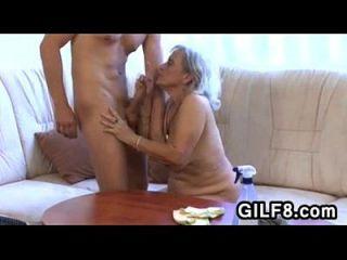 قديم تنظيف سيدة يحصل مارس الجنس بواسطة شاب شاب