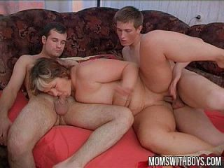 الأولاد المشاغب يزعج زوجتهم في نومها