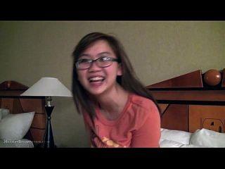لطيف مفلس الآسيوية صديقة الأصابع في نظارات