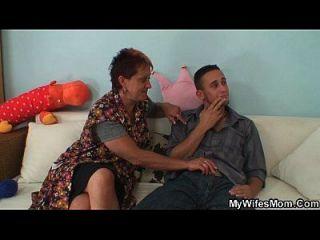 زوجة يمسك له سخيف لها أمي القديمة