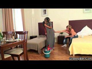 تنظيف سيدة يأخذ له قرنية الديك من الخلف