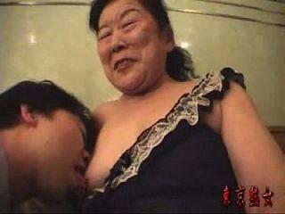 اليابانية الجدة تتمتع جعل الحب