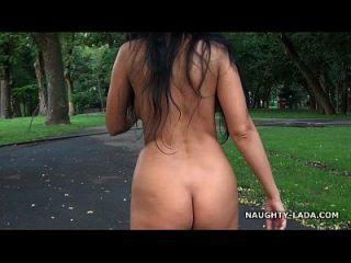 عارية المشي و العادة السرية في حديقة