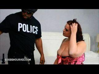 فاتنة السمين ضبطت من قبل شرطي مع بي بي سي