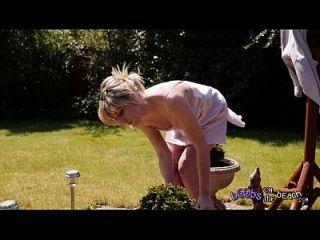إكسيبيتيونيست شقراء حمامات الشمس عاريات من قبل مقطورة بوش لها ل 4 K الفيديو