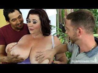 ضخم حلمة الثدي ببو أمي سيدة لين جيتس مارس الجنس بواسطة 2 ضخم الديوك