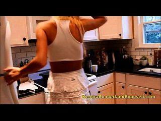 كندرا سوندرلاند براند نيو أويلينغ نفسها في المطبخ