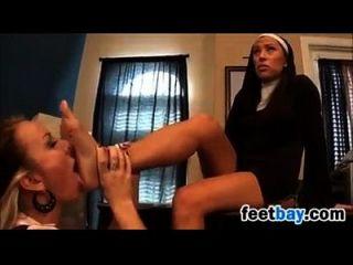 راهبة مع طالب سيئة لديه متعة مع القدمين
