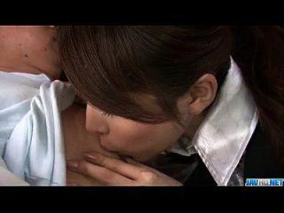 اليابانية رينو أسوكا ينتشر الساقين ل كبير الديك