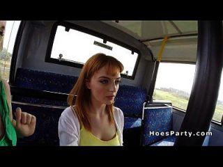 الهواة الفاسقات تقاسم الديك في الحافلة العامة