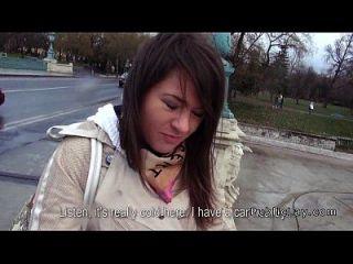 مشعر كس الروسية فتاة الملاعين في السيارة في جمهور