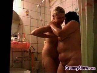 الجدة وفتاة لطيف في الحمام
