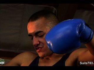 مثلي الجنس الملاكمة الرجال بعد ممارسة الجنس في صالة الألعاب الرياضية