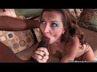 سوسر أمي دارين روس يحصل مارس الجنس بواسطة ل أسود كوك