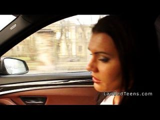 مفلس في سن المراهقة يحصل الشرج في السيارة