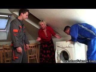 المشاغب الجدة يرضي اثنين من مصلحي