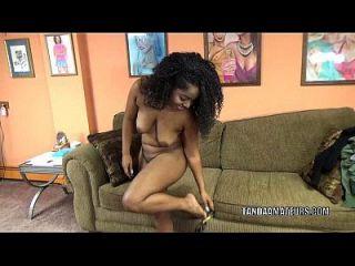 متعرج كتي ليلى فينيس على ركبتيها و مص ديك