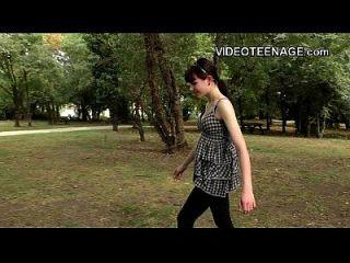 في سن المراهقة لونا منافس يفعل لها أول الاباحية صب