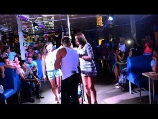 قرنية الفتيات إعطاء اللفة الرقص والاستيلاء على الرجال الديك