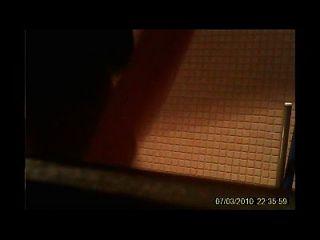 مرحاض هيدنكام في سن المراهقة جذاب في حمام