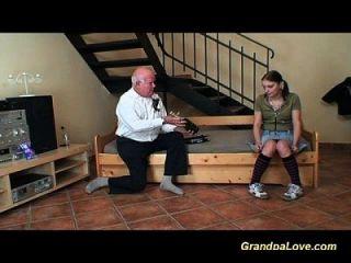 لطيف في سن المراهقة فتاة الملاعين رجل قديم