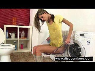 راندي شقراء يأخذ حمام في بلدها شخ