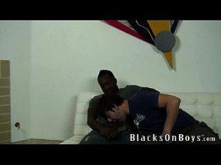 جوي يحاول الجنس مثلي الجنس مع رجل أسود