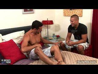 مثير مثلي الجنس يحصل مسمر شفويا و كومد