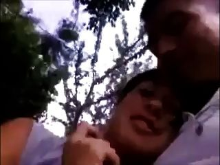 صديقة يعطي اللسان ويبتلع في الحديقة