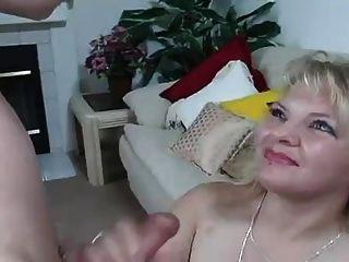 المصارف شقراء الساخنة نائب الرئيس على التوالي في فمها ويبتلع