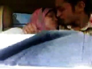 العربية الفتاة الحجاب امتص الثدي كبيرة والقبلات في السيارة