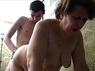الجدة الروسية وشاب