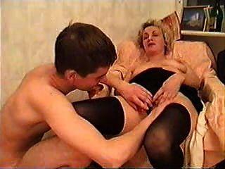 سيدة ناضجة وشابا تأخذ بعض النبيذ