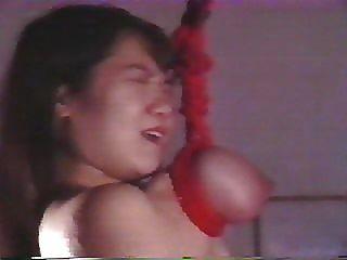 اليابانية الفتاة للتعذيب الوحشي وعلقت من ثدييها