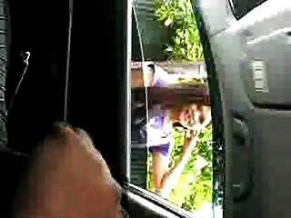 الاستمناء العام في معرض السيارات، مما يساعد فتاة
