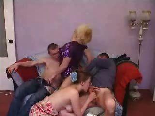 ناضجة والشباب زوجين مقلاع الجنس الجماعي