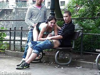الجنس الثلاثي العام في الشارع.رائع!
