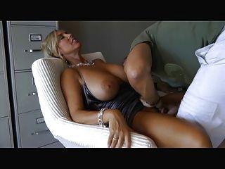 امرأة مع كبير الثدي تمتص واللعنة