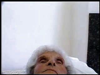 وقحة من العمر 84 عاما لا يزال يحب الديك الشباب
