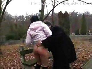 رجل يبلغ من العمر الملاعين القذرة فتاة في سن المراهقة في park.f70 الجمهور