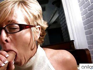الجدة الساخنة يغوي طالب