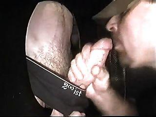 cocksucker studly يحصل على الوجه في gloryhole من الديك