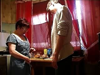 أمي وصبي في المطبخ