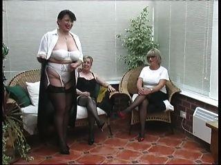 تجريد خمر من ثلاث سيدات القرية ناضجة
