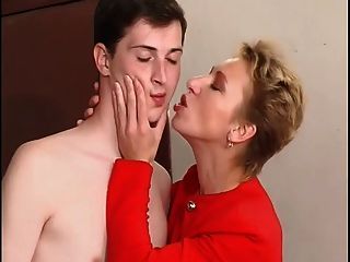 حار قصيرة الشعر ناضجة مع صبي