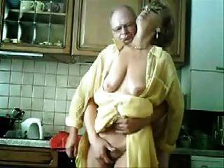 مومياء والأب يلهون في المطبخ.فيديو مسروقة