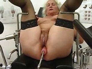الجدة نورما يعمل بها على آلة الجنس