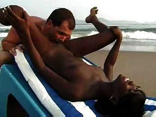 الجنس زوجين عرقي على الشاطئ